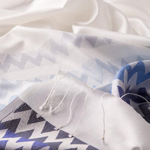 İnci Beyazı Mavi Zig Zag Desenli İpek Şal